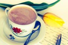 Kaffee auf dem Buchstaben Lizenzfreies Stockfoto