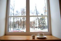 Kaffee auf dem Fenster lizenzfreie stockbilder