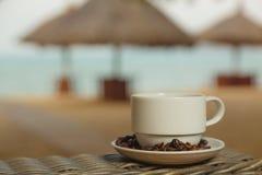 Kaffee auf dem Hintergrund des Meeres Stockbilder