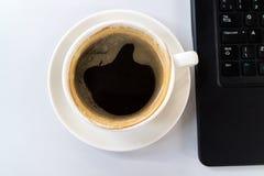 Kaffee auf dem Schreibtisch lizenzfreies stockfoto