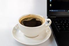 Kaffee auf dem Schreibtisch stockbild