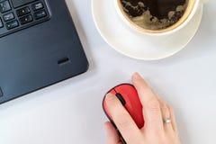 Kaffee auf dem Schreibtisch stockfoto