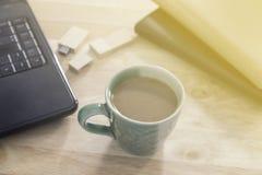 Kaffee auf dem Schreibtisch mit dem Morgenlicht Lizenzfreie Stockfotos