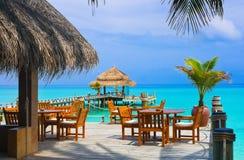 Kaffee auf dem Strand lizenzfreie stockfotos