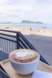 Kaffee auf dem Strand Stockfoto
