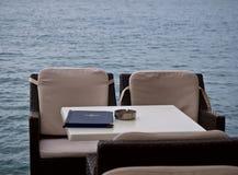 Kaffee auf dem Strand in Griechenland. Lizenzfreie Stockfotografie