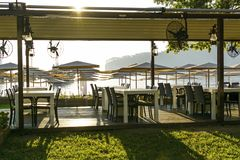 Kaffee auf dem Strand und dem Tauchensklumpen touristischer Rest ist ganz einschließlich Meer und Strand Lizenzfreie Stockfotos