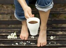 Kaffee auf der Bank Lizenzfreie Stockfotos