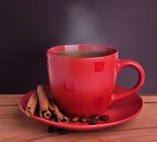Kaffee auf einem Holztisch Lizenzfreie Stockfotos