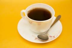Kaffee auf gelbem Hintergrund stockbilder