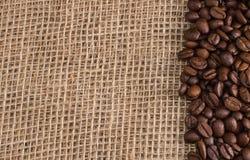 Kaffee auf Gewebehintergrund Stockfoto
