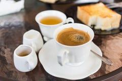 Kaffee auf Glashintergrund stockfotografie