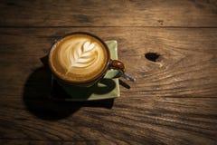 Kaffee auf hölzernem Hintergrund Stockfoto