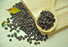 Kaffee auf hölzernem Hintergrund Stockfotos