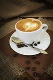 Kaffee auf hölzernem Hintergrund Lizenzfreie Stockfotos