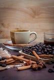 Kaffee auf hölzernem Hintergrund des Schmutzes Lizenzfreie Stockfotos