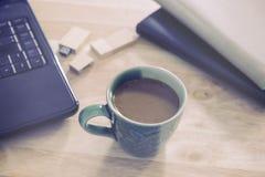 Kaffee auf hölzernem Schreibtisch Stockfotos