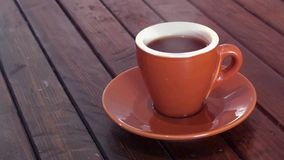 Kaffee auf hölzerner brauner Tabelle stock video