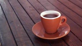 Kaffee auf hölzerner brauner Tabelle stock footage