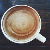 Kaffee auf hölzerner Tabelle Lizenzfreie Stockfotografie
