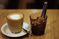 Kaffee auf h?lzerner Tabelle lizenzfreie stockbilder