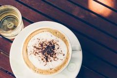 Kaffee auf Holz Lizenzfreie Stockbilder