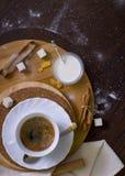 Kaffee auf rundem hölzernem Stand Lizenzfreies Stockfoto