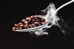 Kaffee auf schwarzem Hintergrund mit Rauche Lizenzfreie Stockfotos