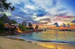 Kaffee auf tropischem Strand am Sonnenuntergang Lizenzfreies Stockbild