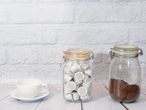 Kaffee auf weißem Hintergrund lizenzfreie stockfotografie