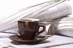 Kaffee auf Zeitung lizenzfreie stockbilder