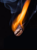Kaffee Bean Roasting im Feuer Stockfotos