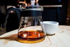 Kaffee bereiten eine alternative Methode im Kaffeeglastopf vor koffein Gießen Sie vorbei Der Server lizenzfreie stockfotos