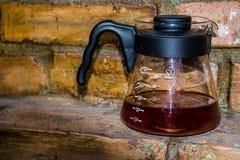 Kaffee bereiten eine alternative Methode im Kaffeeglastopf vor koffein Gießen Sie vorbei V60 Der Server stockfotos