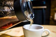 Kaffee bereiten eine alternative Methode im Kaffeeglastopf vor koffein Gie?en Sie vorbei Der Server stockbilder