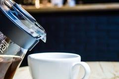 Kaffee bereiten eine alternative Methode im Kaffeeglastopf vor koffein Gie?en Sie vorbei Der Server lizenzfreie stockbilder