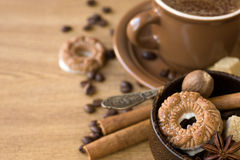 Kaffee, Biskuite, brauner Zucker, Muskatnuts und Zimt lizenzfreie stockfotografie