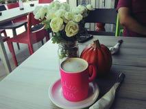 Kaffee, Blumen und Kürbis stockfotografie