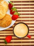 Kaffee, Brötchen und Erdbeeren auf Tabelle lizenzfreies stockbild