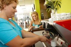 Kaffee-Bruch im Fitness-Club Stockfoto