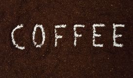 Kaffee buchstabiert heraus im gemahlenen Kaffee lizenzfreies stockbild