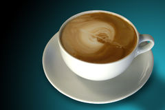 Kaffee (Cappuccino) mit Latte Kunst Lizenzfreies Stockbild