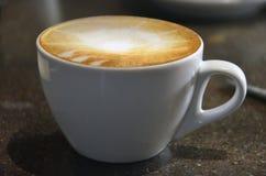Kaffee cappucino mit Lattekunst Stockfoto