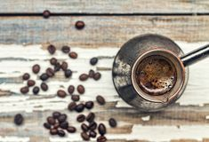 Kaffee Das Türkische Cezve, Frühstück, hölzerner, arabischer, selektiver Fokus, Korn, Fensterbrett, Nahaufnahme, Draufsicht, Kopi lizenzfreies stockbild