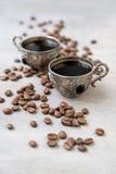 Kaffee in den silbernen Weinleseschalen auf hölzernem Hintergrund Lizenzfreie Stockfotos