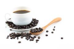 Kaffee in den weißen Schalen und in den Kaffeebohnen Stockbilder