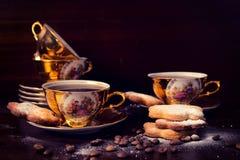 Kaffee in den Weinleseschalen Lizenzfreies Stockfoto