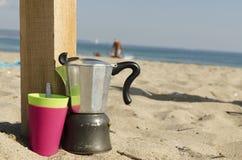 Kaffee, der auf einem Strand macht Lizenzfreies Stockfoto