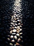 Kaffee, der den dunklen Braten traditionell brät stockfotos