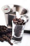 Kaffee, der Hilfsmittel herstellt Stockfotografie
